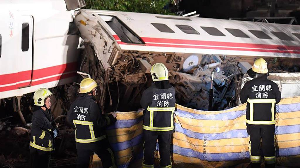 Bomberos laborando en accidente de tren en Taiwán. Foto de @XHTanhoaxa