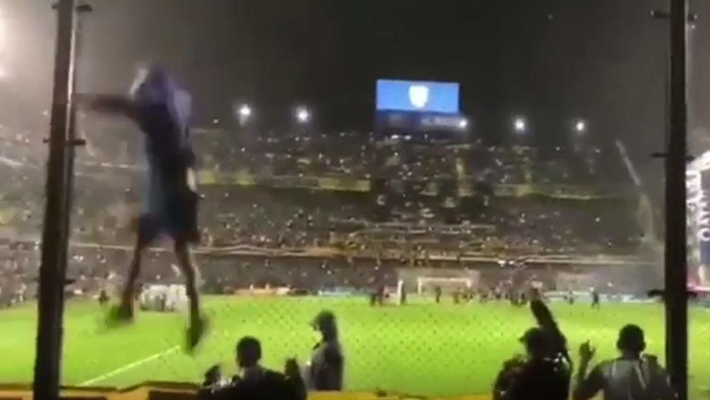 #Video Aficionado de Boca Juniors cae de reja en La Bombonera