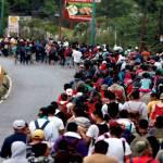 CNDH pide respetar derechos de integrantes de caravana migrante - El paso de la Caravana Migrante. Foto de EFE.