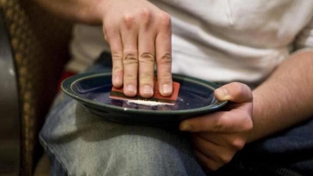 Muertes por cocaína se disparan en Estados Unidos - Hombre consumiendo cocaína. Foto de Internet