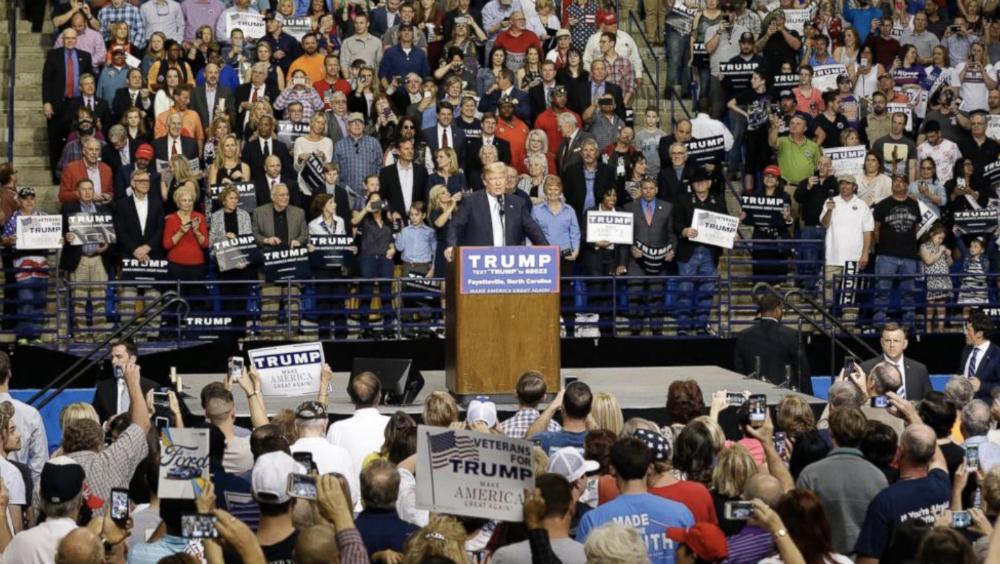 Donald Trump durante mitin. Foto de @JamesNavaCom