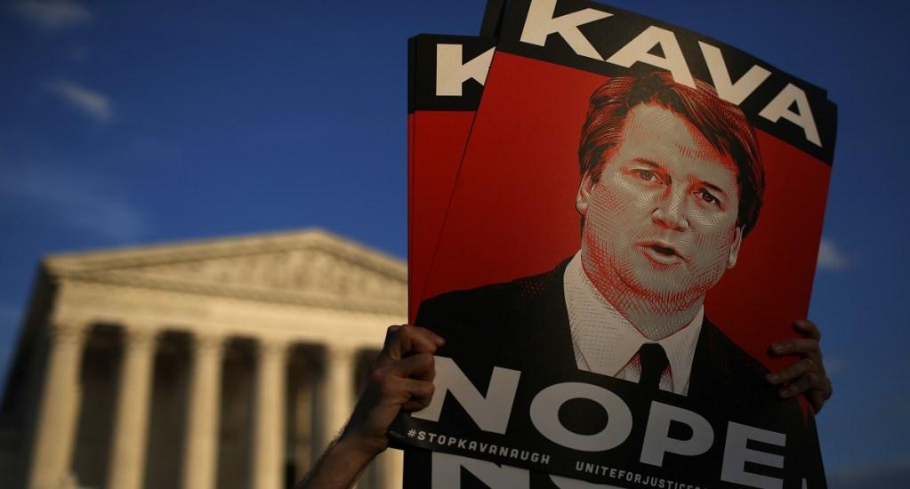 FBI entrega investigación sobre acusaciones sexuales contra Kavanaugh - Manifestantes protestan contra Bett Kavanaugh. Foto de AFP / Getty Images
