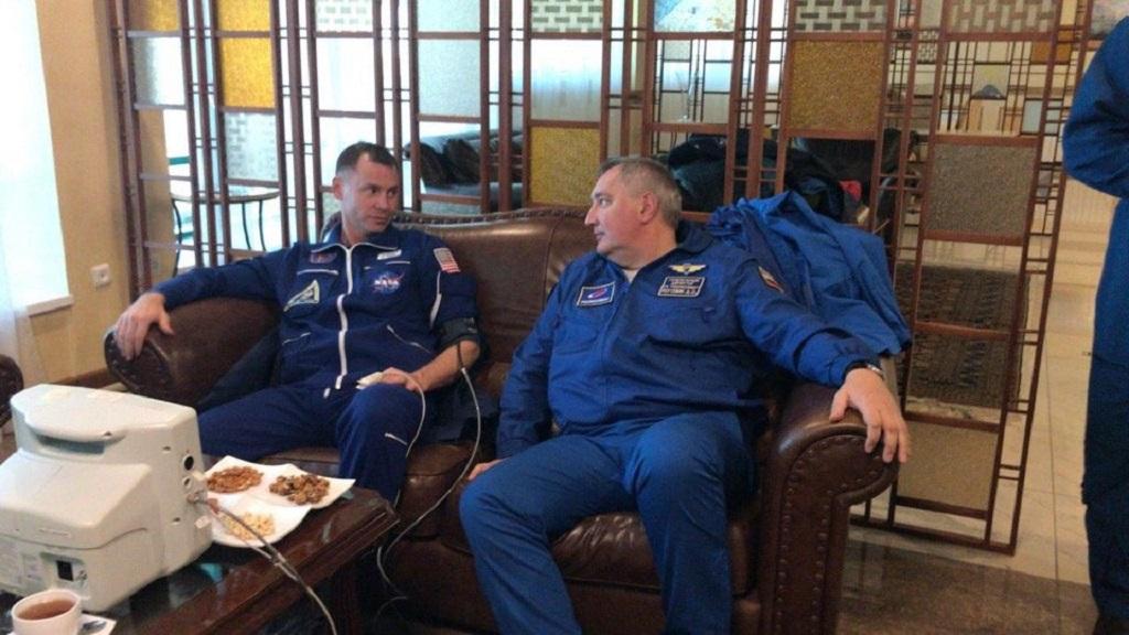 Hague y Ovchinin evaluados médicamente tras aterrizaje de emergencia. Foto de NASA