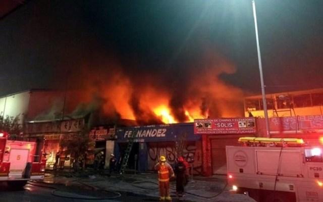 Incendio consume establecimientos de autopartes en Monterrey - Incendio en establecimientos de autopartes en Monterrey. Foto de Twitter