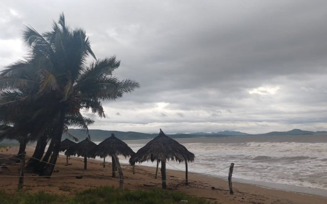 Jalisco reporta saldo blanco por huracán Willa - Playas de Jalisco presentan oleaje elevado por Willa. Foto de @PCJalisco