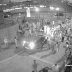#Video Sujeto arrolla a dos mujeres afuera de club nocturno - Captura de Pantalla