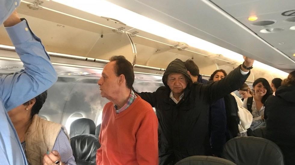 Lluvia en Cancún impide a López Obrador bajar de avión - López Obrador esperando a bajar de avión a su llegada a Cancún. Foto de @sarapablo1