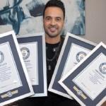 "Luis Fonsi recibe siete Récord Guinness por ""Despacito"" - Luis Fonsi con cuatro de sus siete Récord Guinness por"