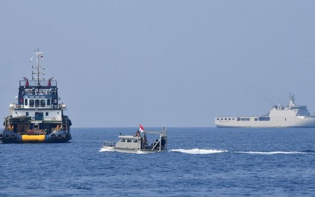 Hallan posible fuselaje de avión accidentado en Yakarta - Operativo de búsqueda de fuselaje del avión estrellado en el mar de Java de Yakarta. Foto de AFP / Adek Berry