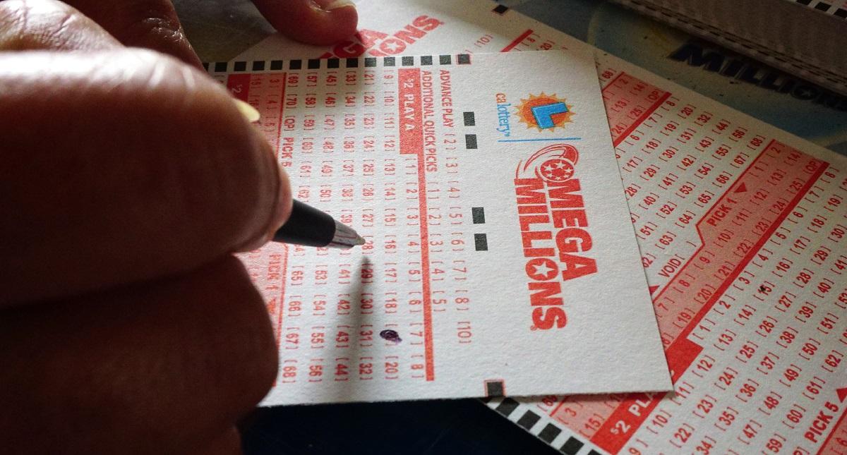 Cliente llenando su boleto de sorteo de lotería. Foto de Frederic J. Brown