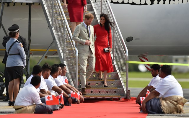 #Video Avión donde viajaban Meghan Markle y Harry no puede aterrizar - Foto de AFP