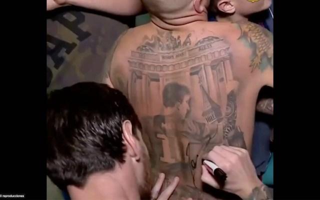 #Video Messi firma tatuaje de sí mismo en espalda de aficionado - Messi