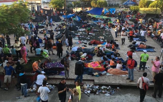 Caravana migrante decide quedarse un día más en Huixtla - Migrantes descansando en la plaza central de Huixtla. Foto de Twitter
