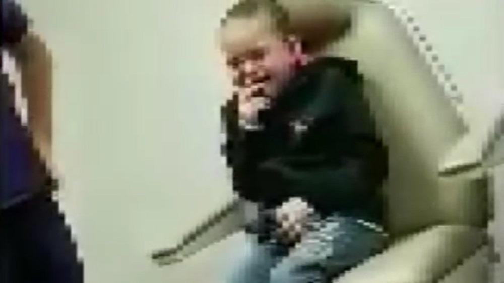 #Video Niña rompe en llanto al escuchar por primera vez