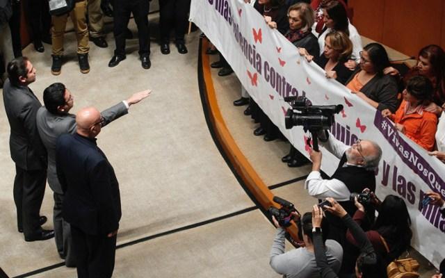 Senador Noé Castañón rinde protesta en medio de reclamos - Foto de Quadratín