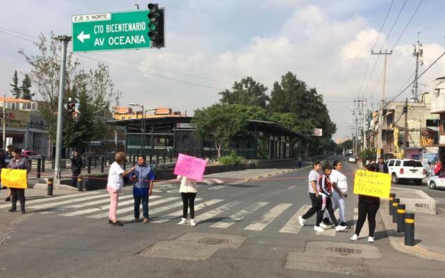 Localizable, el personal agresor del kínder Marcelino Champagnat - Padres de familia del Kínder Marcelino Champagnat protestaron este martes en la Ciudad de México. Foto de Noticieros Televisa.