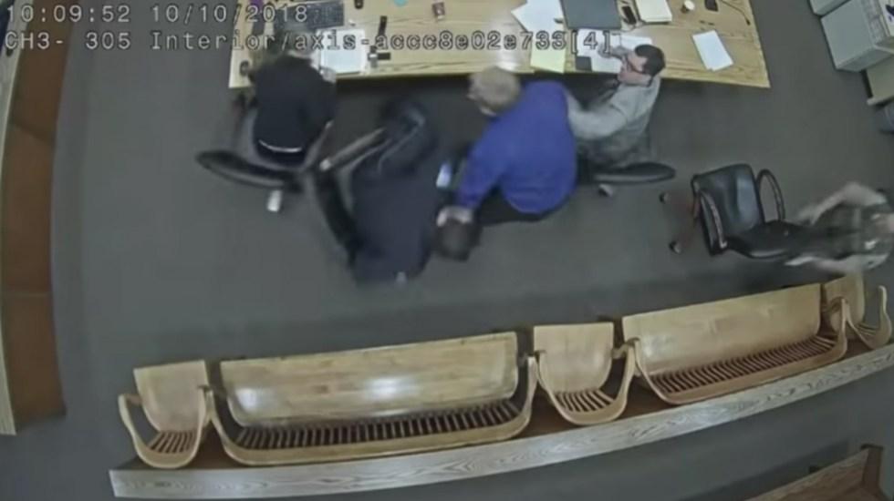 #Video Hombre trata de arrebatarle arma de fuego a policía en EE.UU. - Foto de AP