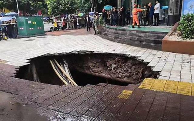 #Video Mueren dos personas al caer en socavón en China - Mueren dos en socavón en china