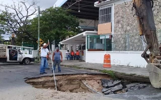Se abre enorme socavón junto a primaria en Chetumal - El socavón se abrió a un costado de la primaria Álvaro Obregón. Foto de @DAVIDROMEROVARA