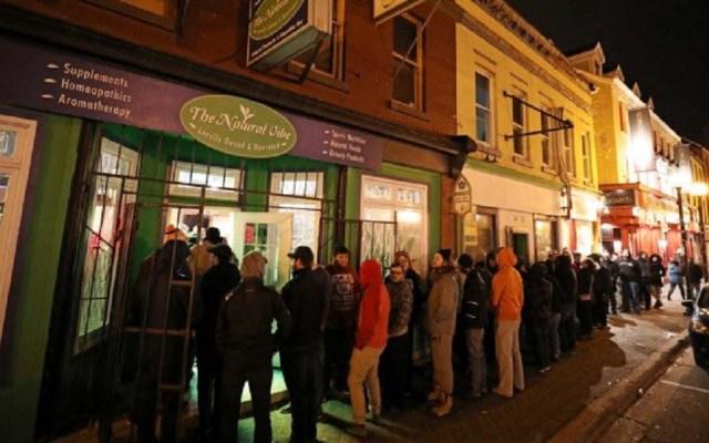 Legalización de la mariguana en Canadá aumentó número de empleos - Largas filas para comprar mariguana en tiendas autorizadas. Foto de Twitter Canadá
