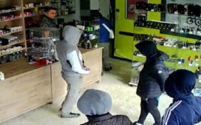 #Viral Tendero pide a ladrones regresar más tarde y vuelven - Ladrones regresan tres veces a tienda para robarla. Captura de pantalla