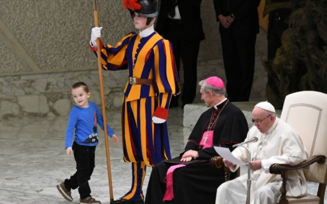 #Video Niño con autismo sorprende en audiencia al papa Francisco - Foto de Vincenzo Pinto/AFP