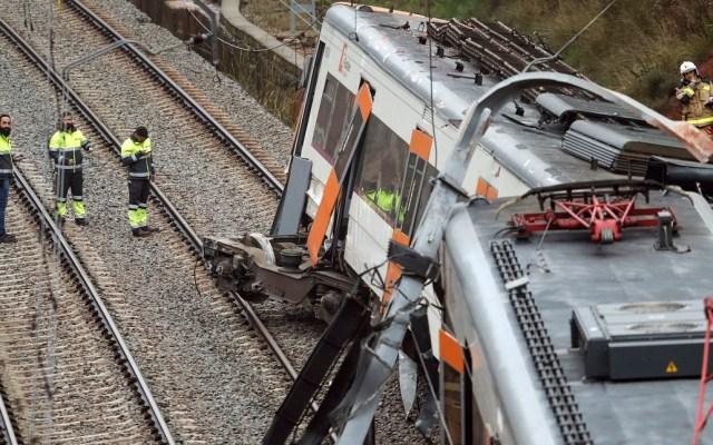 Un muerto y 49 heridos al descarrilar tren en España - Dos de los seis vagones del tren se descarrilaron en un tramo de Barcelona. Foto de AFP / Pau Barrena