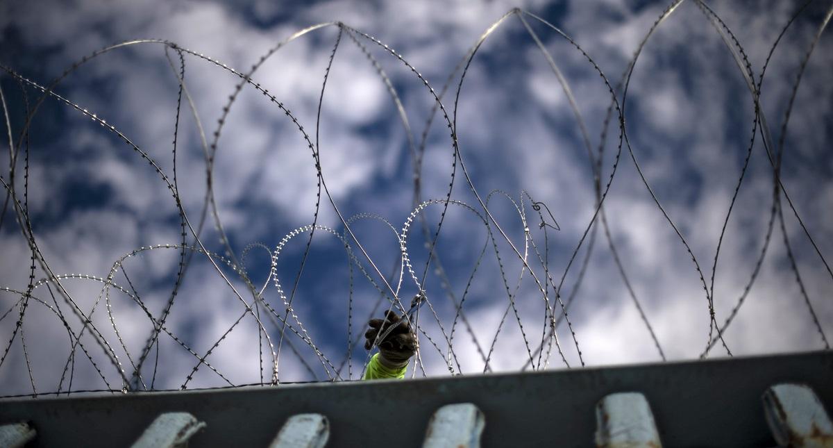 Colocan alambre de púas en muro fronterizo entre EE.UU. y México. Foto de AFP 7 Pedro Pardo