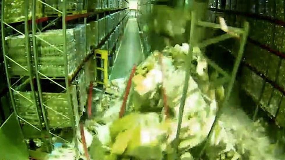 #Video Operador de montacargas provoca colapso en almacén - Captura de pantalla