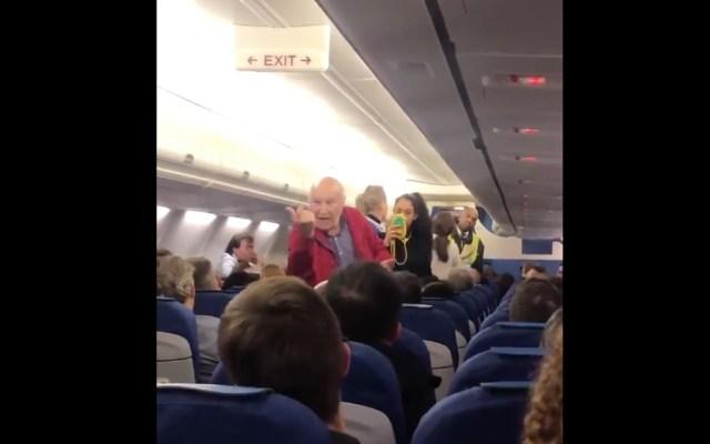 #Video Expulsan a adultos mayores de vuelo de KLM por no entender inglés