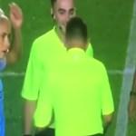 #Video Suspenden a árbitro tras improvisar un 'piedra, papel o tijera'