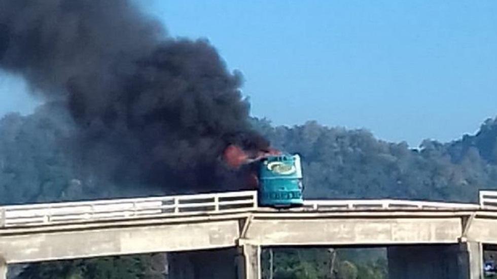 Autobús incendiado en Tomatlán. Foto de Twitter