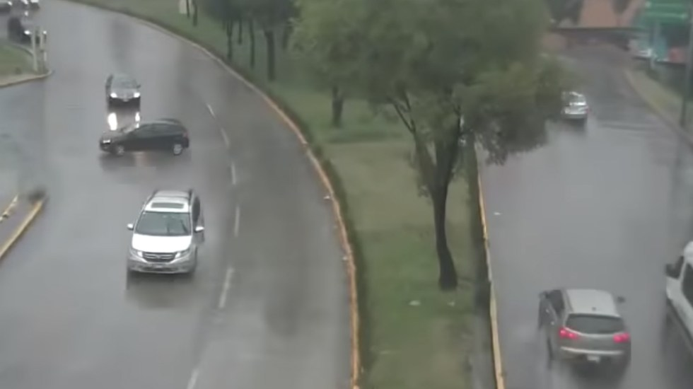 #Video Automóvil derrapa y choca en el Estado de México por la lluvia - Foto de @RepordelCrimen