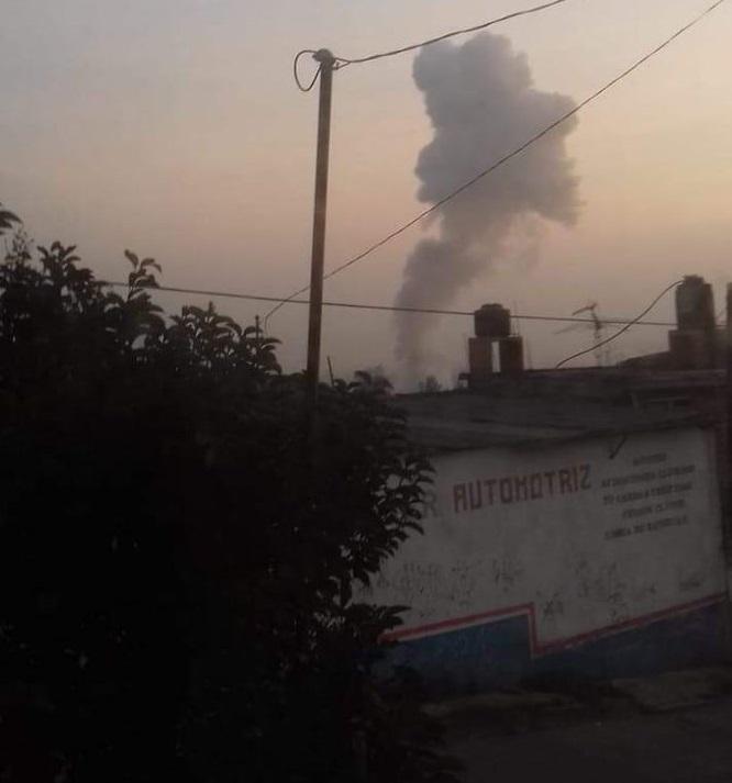 Columna de humo por la explosión. Foto de @perioDinamik