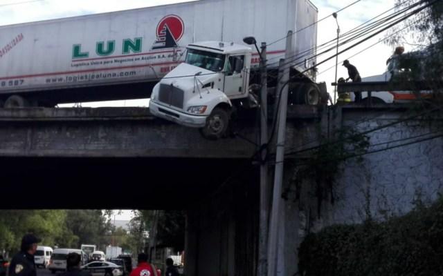 Tráiler termina colgando de puente en Tlalnepantla - tráiler colgado de puente en tlalnepantla