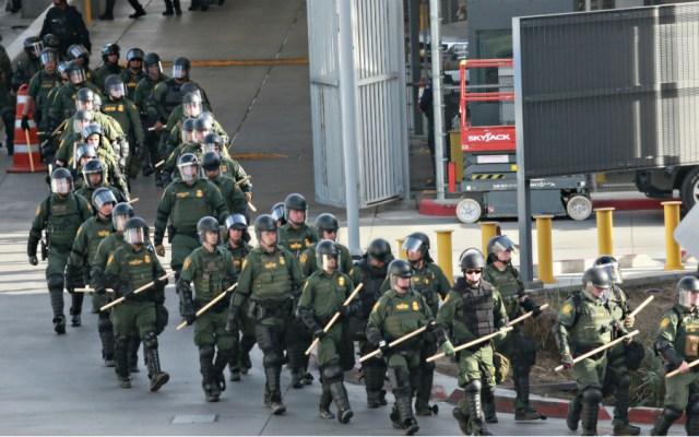 Se enfrentan funcionarios del gobierno de Trump por uso de la fuerza contra caravana: Informe - Foto de AFP