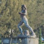 Tlahuicole, el Aquiles mesoamericano - Escultura de Tlahuicole decorando una glorieta de la carretera federal Puebla-Tlaxcala.