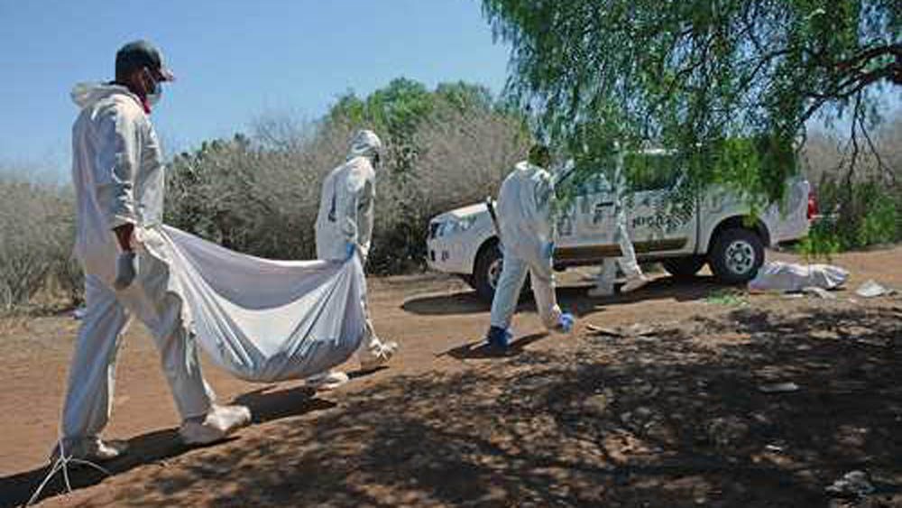 Forenses de Zacatecas levantando cadáver. Foto de Internet