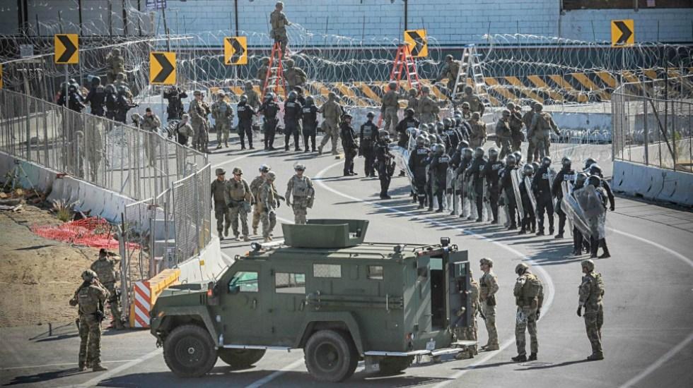 Pentágono planea rotar tropas en la frontera con México - Militares en la garita de San Ysidro. Foto de AFP