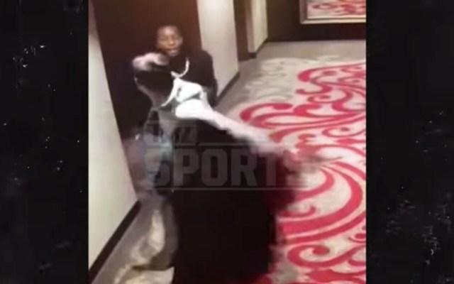 #Video Jugador de los Chiefs empuja y patea a mujer en departamento - Captura de pantalla