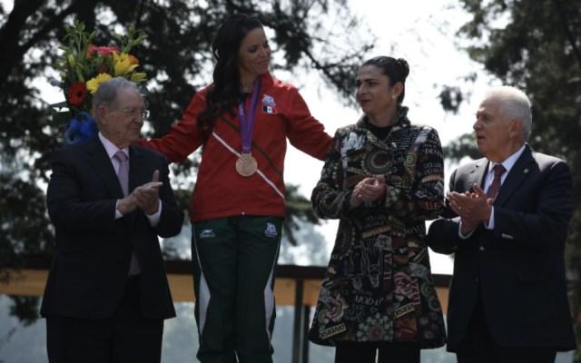 Se cuelga Acosta medalla olímpica de Londres 2012 - Foto de @COM_Mexico