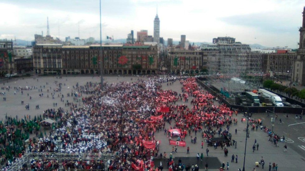 Manifestantes llegan al Zócalo - Foto de @MrElDiablo8