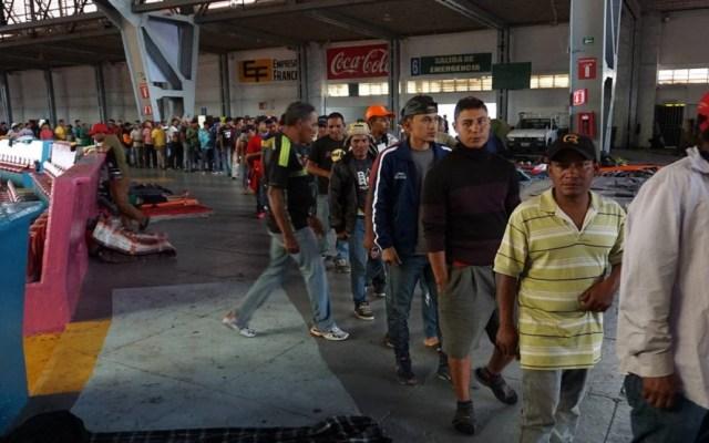 Migrantes parten de Zapopan a Nayarit - Migrantes en Auditorio Benito Juárez de Zapopan. Foto de Twitter