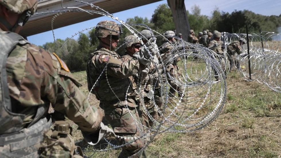 Tropas de EE.UU. permanecerán en la frontera hasta diciembre - Despliegue militar en la frontera incluye la colocación de un cable con puntas filosas para que migrantes no puedan pasar. Foto de AFP / Getty Images