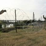 Ciudad de Texas prevé afectación por alambre de púas en frontera - Militares colocando alambre de púas en Laredo, Texas. Foto de AFP / Thomas Watkins