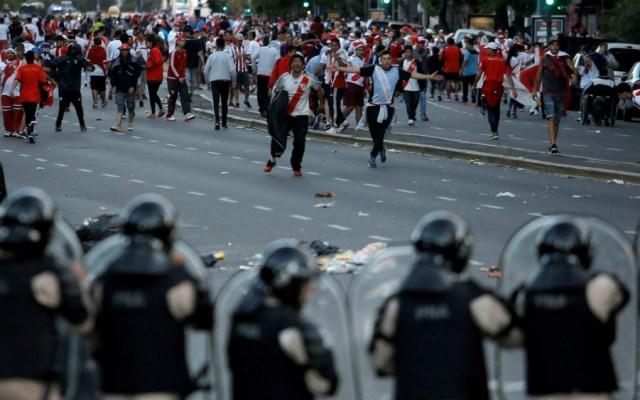 Incidentes violentos tras ser pospuesta la final de vuelta de la Libertadores - Hechos violentos en la final de la Libertadores orillaron a suspender el partido. Foto de AP