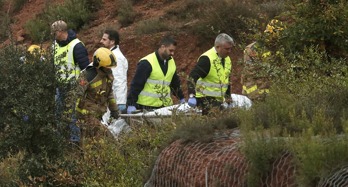 Levantamiento del cadáver de la única víctima mortal del accidente de tren en España. Foto de AFP / Pau Barrena