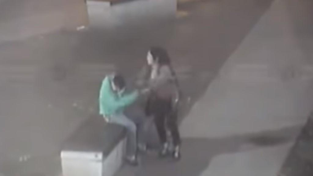 #Video Mujer golpea a su novio y finge desmayo cuando llega la policía - Captura de pantalla