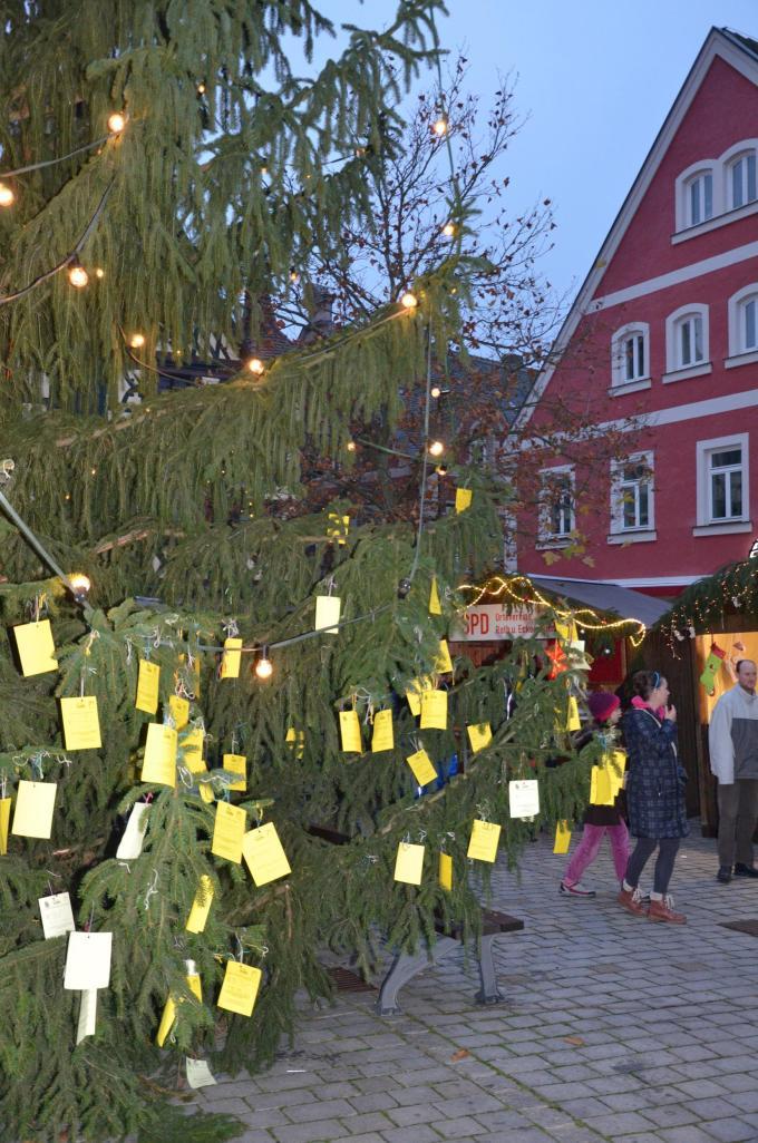Niños cuelgan sus cartas a Santa en un árbol. Foto de Welt