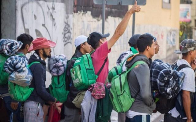 Migrantes piden ride hacia Querétaro tras cruzar caseta de Tepotzotlán - Parte de la primera caravana migrante cruzó la caseta de Tepotzotlán para pedir ride hacia Querétaro. Foto de @gevieyra